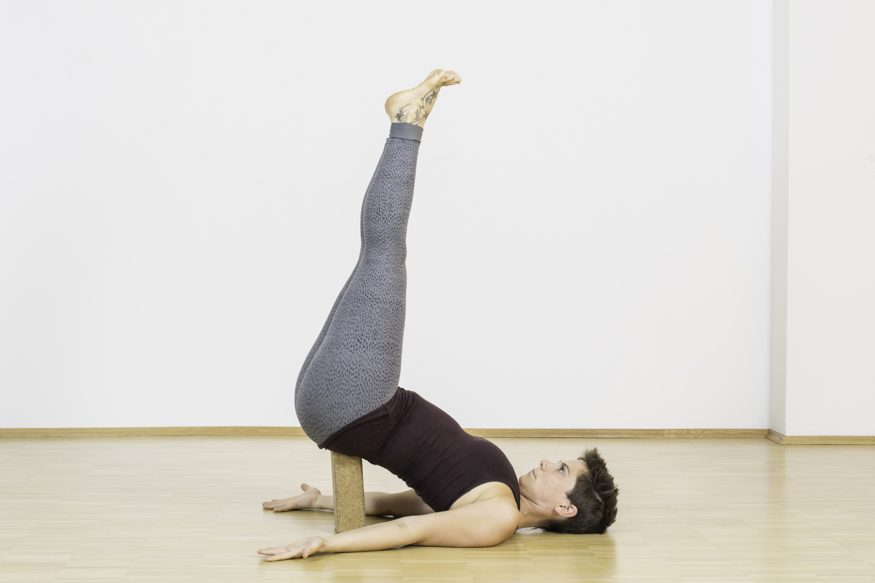 Viparita ist eine Umkehrhaltung, die für neuen Schwung sorgt. Sie entlastet Dein Herz-Kreislauf-System sowie müde und schwere Beine. Beim Yoga wird sie meist am Ende der Stunde praktiziert.