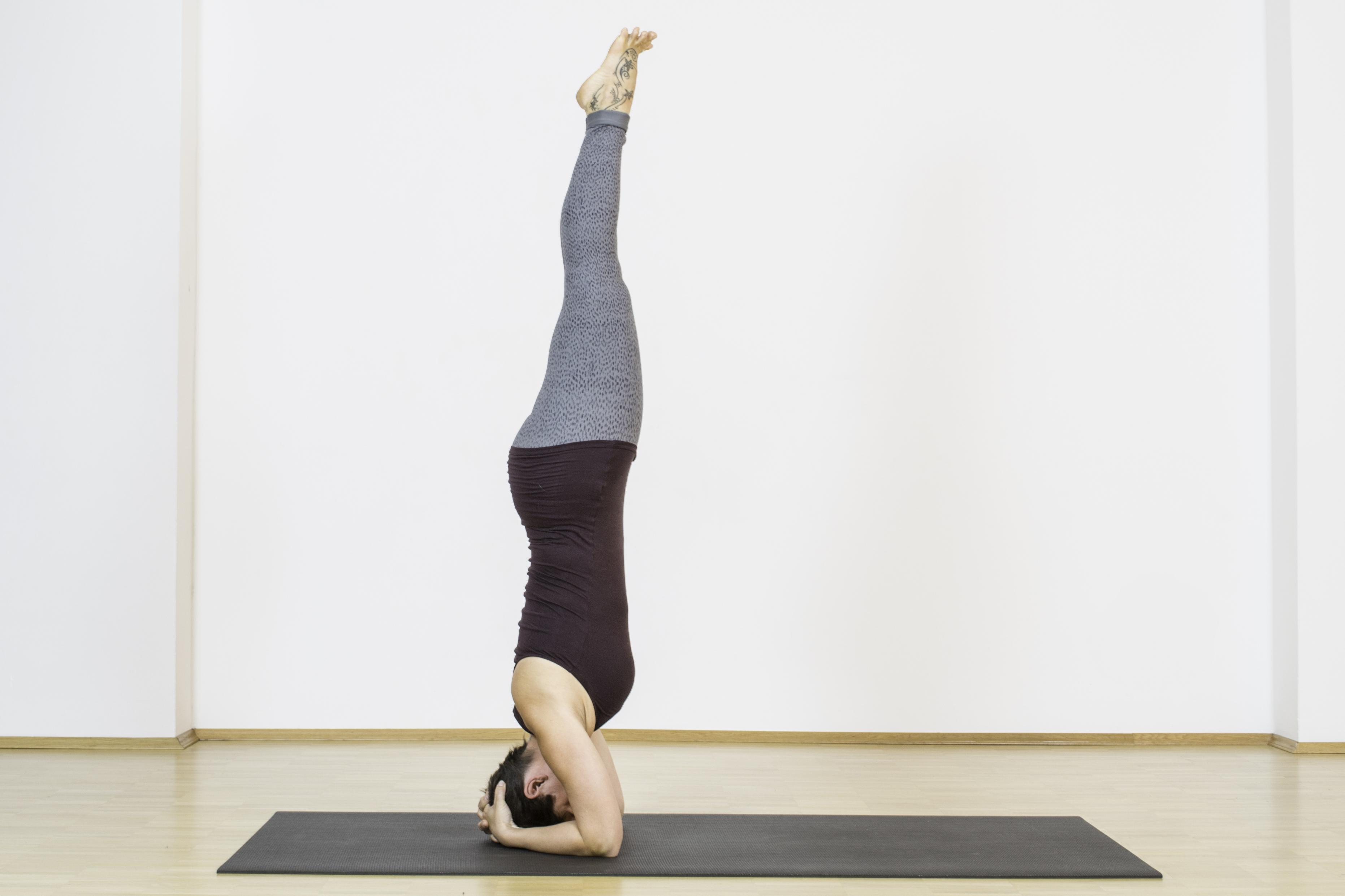 Für neue Perspektiven, ist der Kopfstand wunderbar geeignet. Er verschafft neue Blickwinkel. Du Solltest ihn nur praktizieren, wenn Du weißt, wie Du ihn sicher aufbaust und schon einige Übung hast. Für alle. die noch nicht mit dem Kopfstand vertraut sind: das Vinya Loft ist einer toller Ort zum Üben und um Eure Yoga Praxis zu vertiefen. ;)