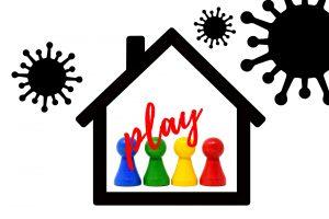 """Haus, indem Mensch Ärgere Dich Nicht Figuren zu sehen sind. Im Vordergrund steht das Wort """"Play""""."""