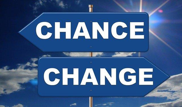 """Zwei Schilder, die in unterschiedliche Richtungen zeigen. Auf dem einem steht """"Chance"""" und auf dem anderem steht """"Change"""""""
