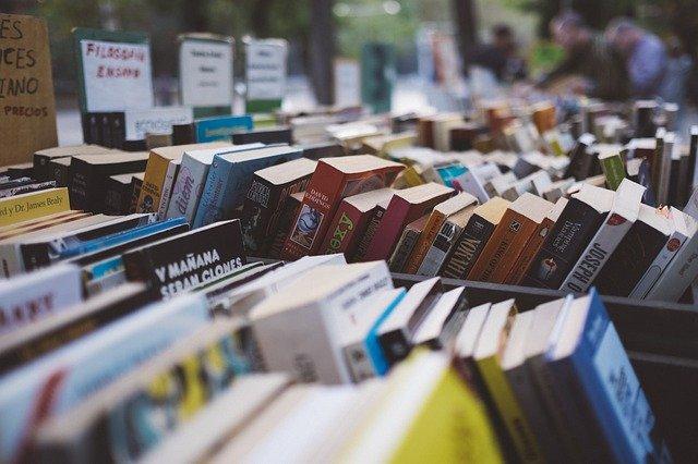 Kisten mit verschiedenen Büchern.