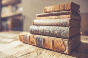 Bücher übereinander gestapelt.