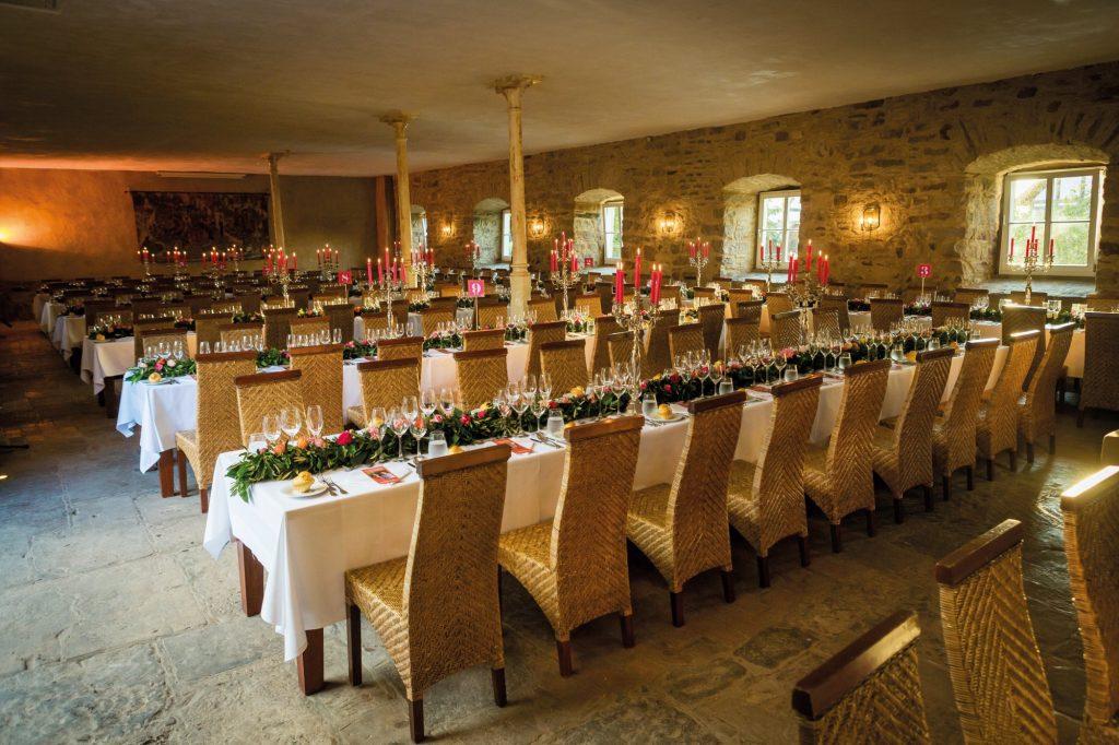 Feierliche Tische und Stühle im Torfhaus