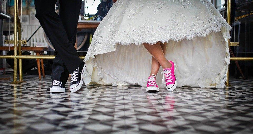 Ein Brautpaar trägt Chucks