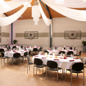 Mehrere, feierlich gedeckte Tische in der Partyscheune Lehmann in Celle.