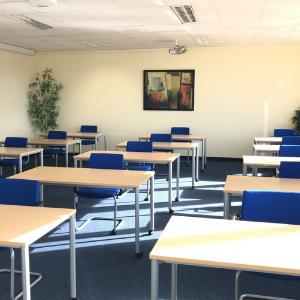 Ein Seminarraum im Tagungs- und Konferenzzentrum ecos bei Tageslicht.